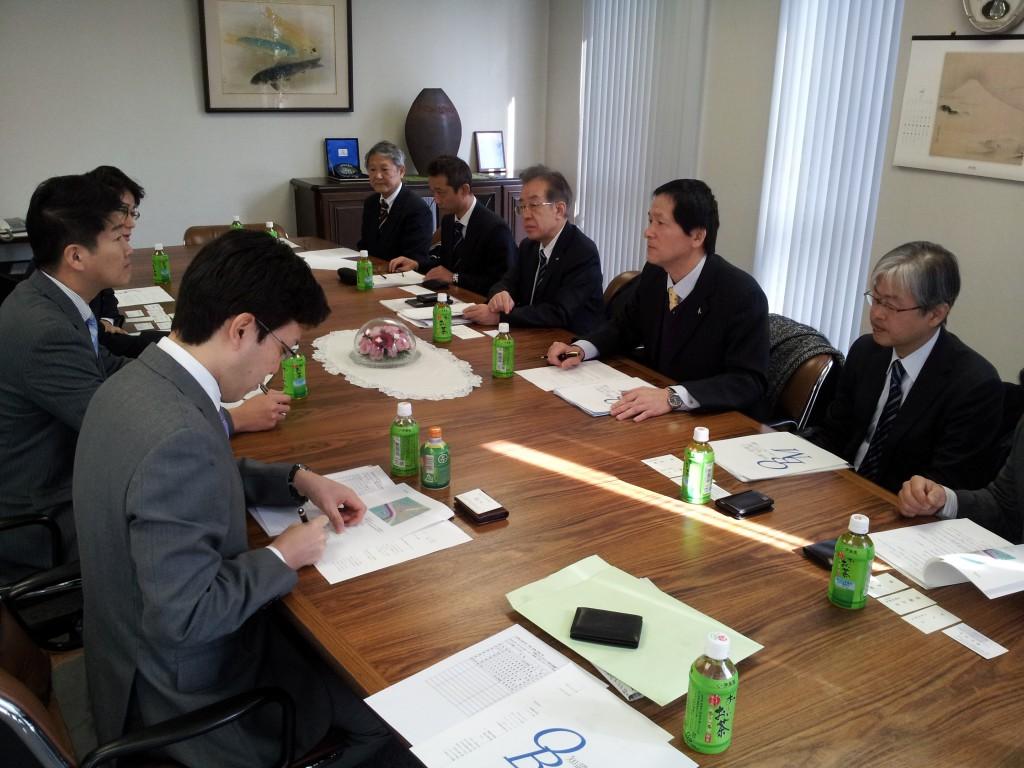 国会議員団(左から国重、石川、杉議員)に、要望する荒木理事長(右から2人目)