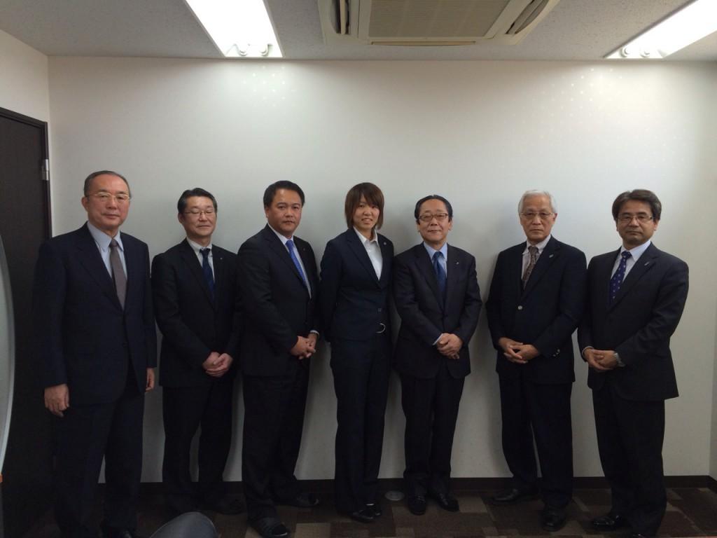 写真 右から横山代表、北脇名誉代表、脇阪社長、佐藤選手、門岡専務、大内取締役、鈴木(1月31日、テクノパーク本社)