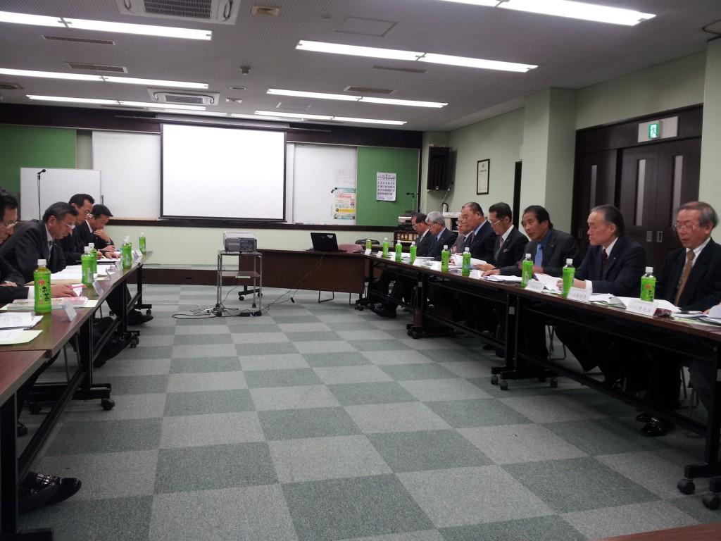土地家屋調査士制度についての研修会、右手が大阪土地家屋調査士会役員、左が顧問団(大阪土地家屋調査士会館会議室)
