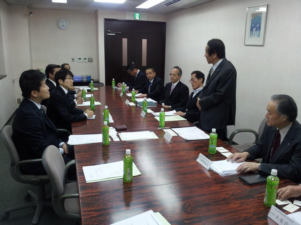 挨拶する加藤幸男会長(右) 大阪土地家屋調査士会館会議室