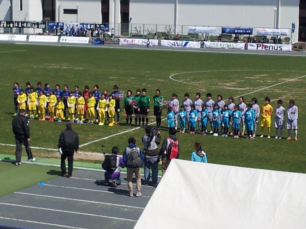 キックオフ、左がスペランツァFC大阪高槻