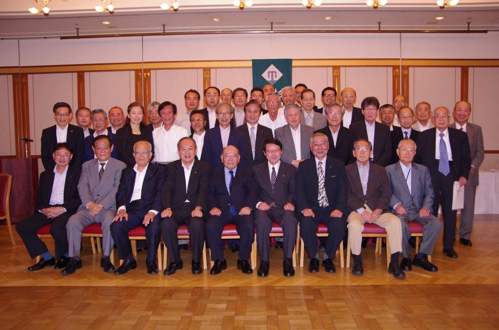 左から4人目が鈴木、その右隣から吉田新会長、近江常翔学園理事
