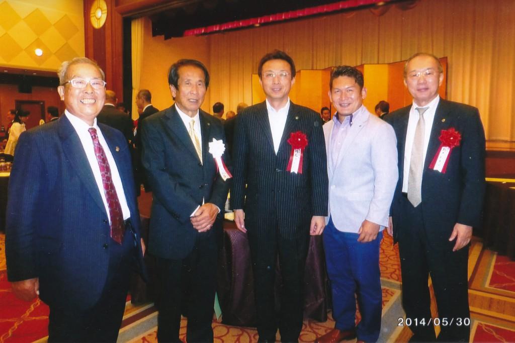 左から2人目が加藤幸男会長