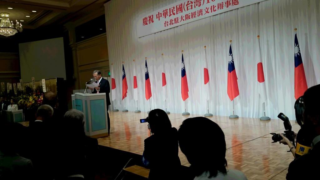 挨拶される蔡明耀・台北駐大阪経済文化辨事処長