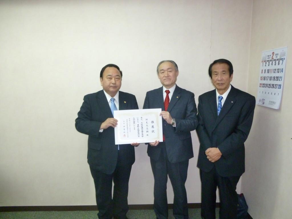 超重点区の岸和田市、垣見大志朗(58歳、2期)。右から加藤会長、神寶政連会長