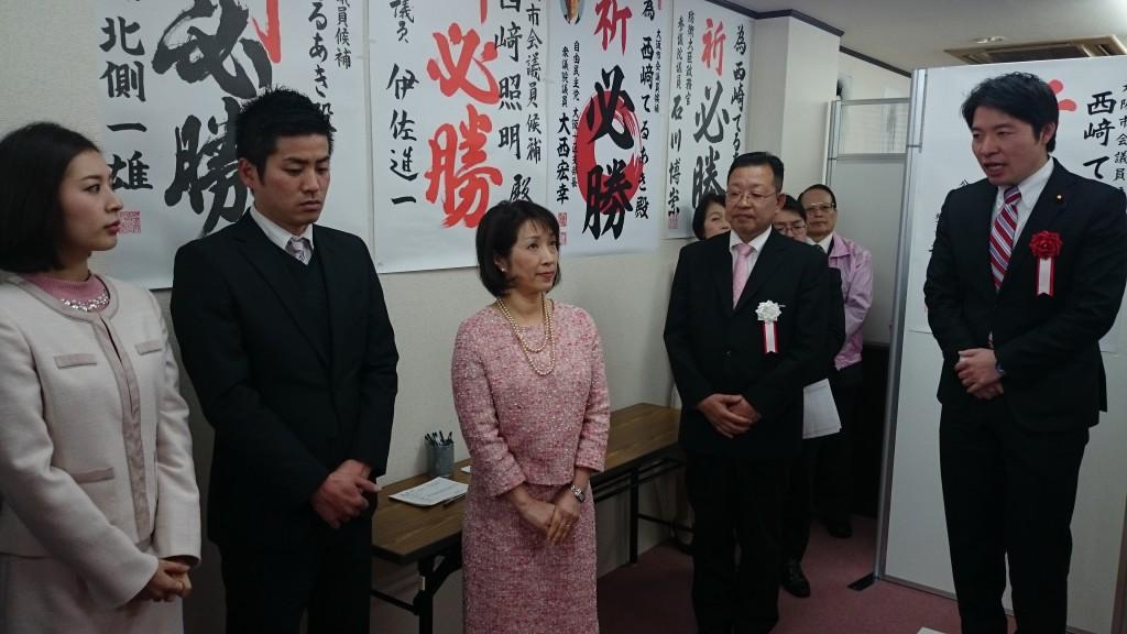 西崎照明事務所開きで、右から伊佐進一衆議院議員、西崎候補夫妻、長女夫妻