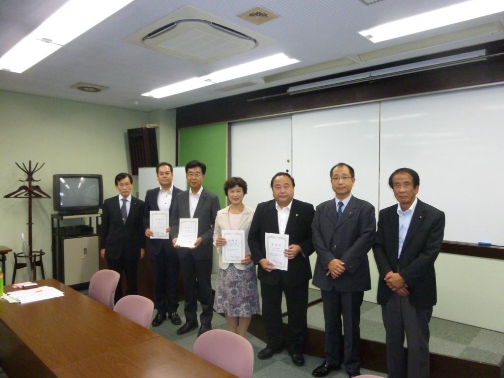 新しく顧問に就任した垣見、内海、八尾、山田議員(左から三人目より)