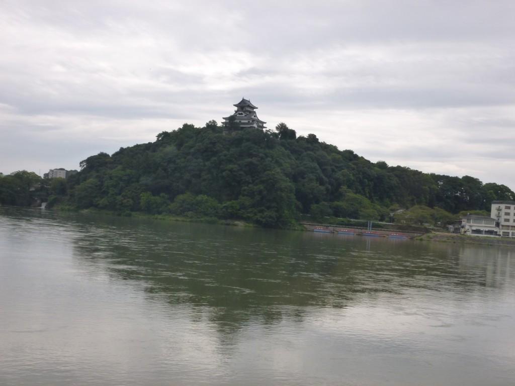 木曽川から望む犬山城