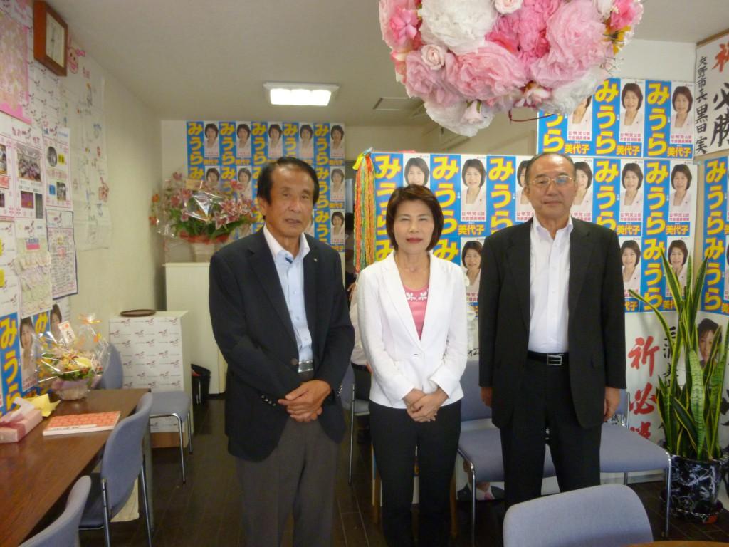 陣中見舞いに来られた大阪土地家屋調査士会の加藤幸男会長
