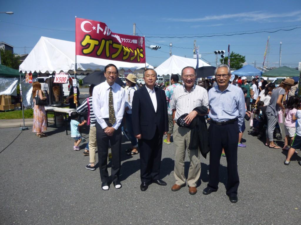 右から松本会長、鈴木、寺坂大東市議、松本副社長