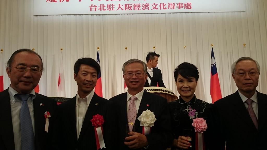 写真は、左から鈴木、伏見枚方市長、蔡處長夫妻
