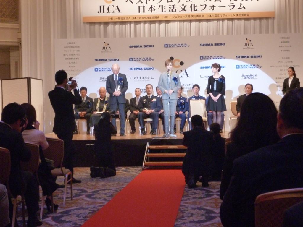 宝塚歌劇団花組の明日海りおさん(中央)、花乃まりあさん