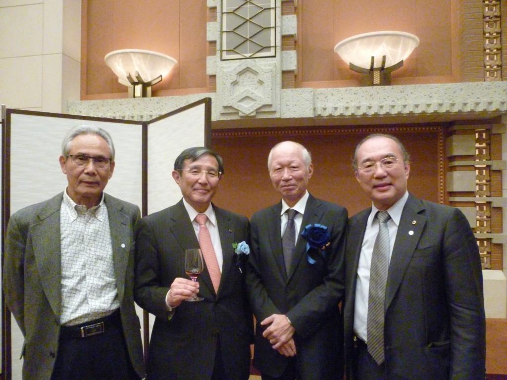 写真(左から)松本高・阪奈自動車教習所会長、角和夫・阪急阪神ホールディング社長、仁坂吉伸・和歌山県知事。
