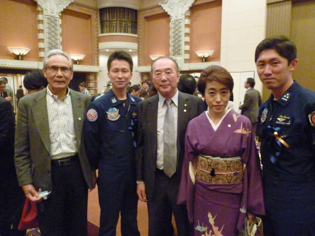 日高大作・ブルーインパレス隊長(左)、山崎雄太・6番機パイロット