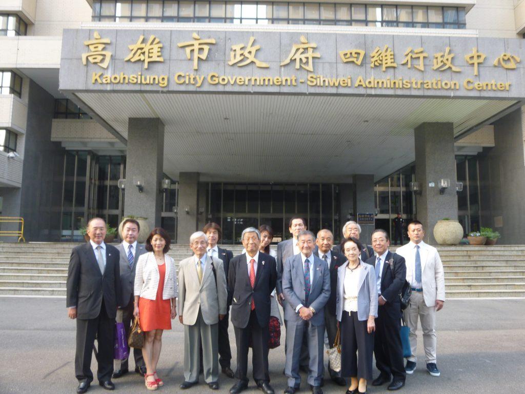 市政府玄関前で訪問団全員。