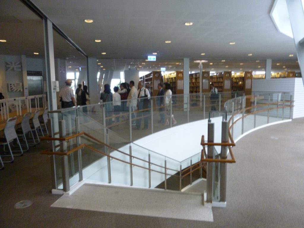 高雄市立図書館視察  潘政儀・図書館長から歓迎挨拶を受た後、館内を視察