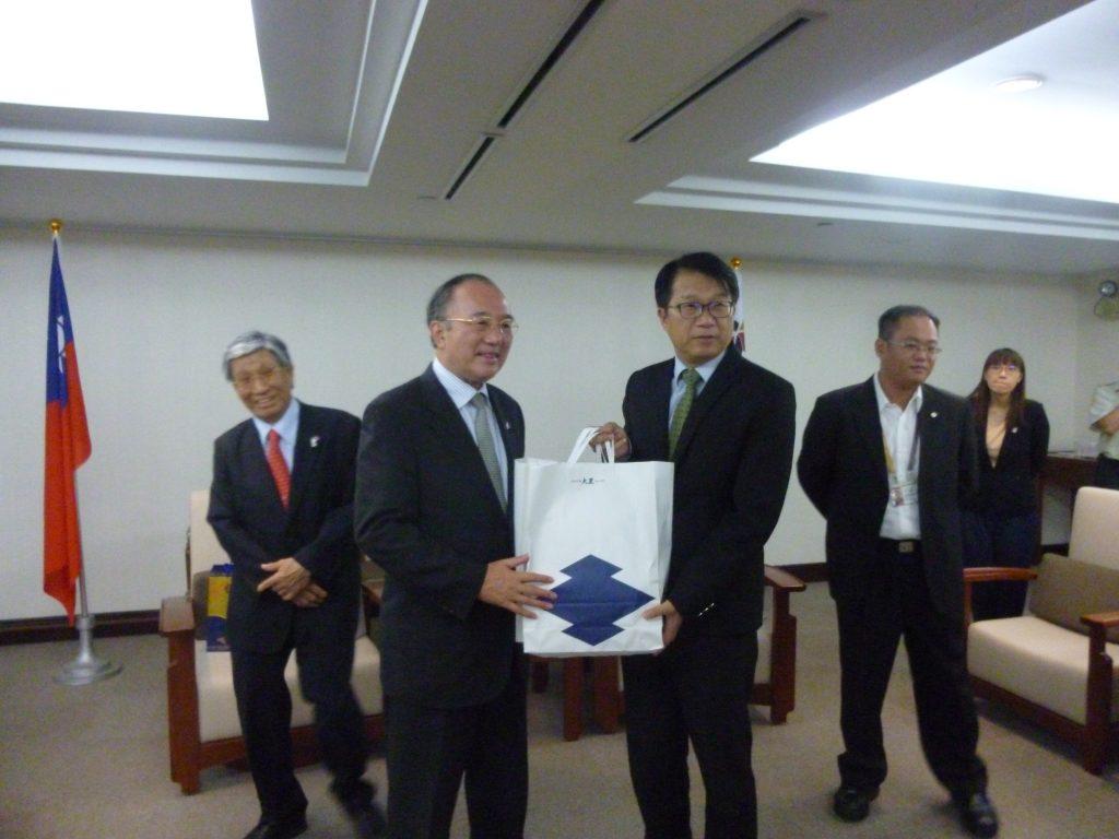 顔純左・副市長に記念品贈呈